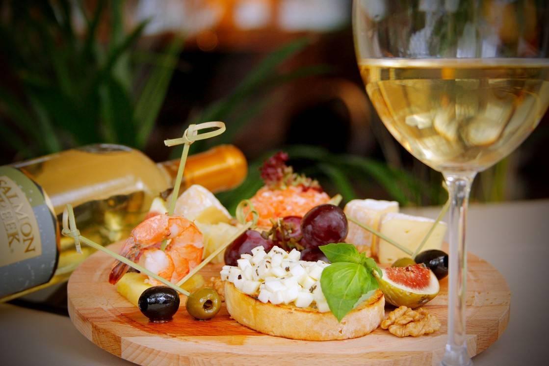 Что едят с вином - лучшие сочетания, рецепты приготовления легких блюд и как правильно подавать