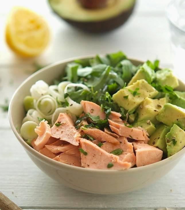 Салат с авокадо и семгой - рецепты с творожным сыром, огурцом и креветками