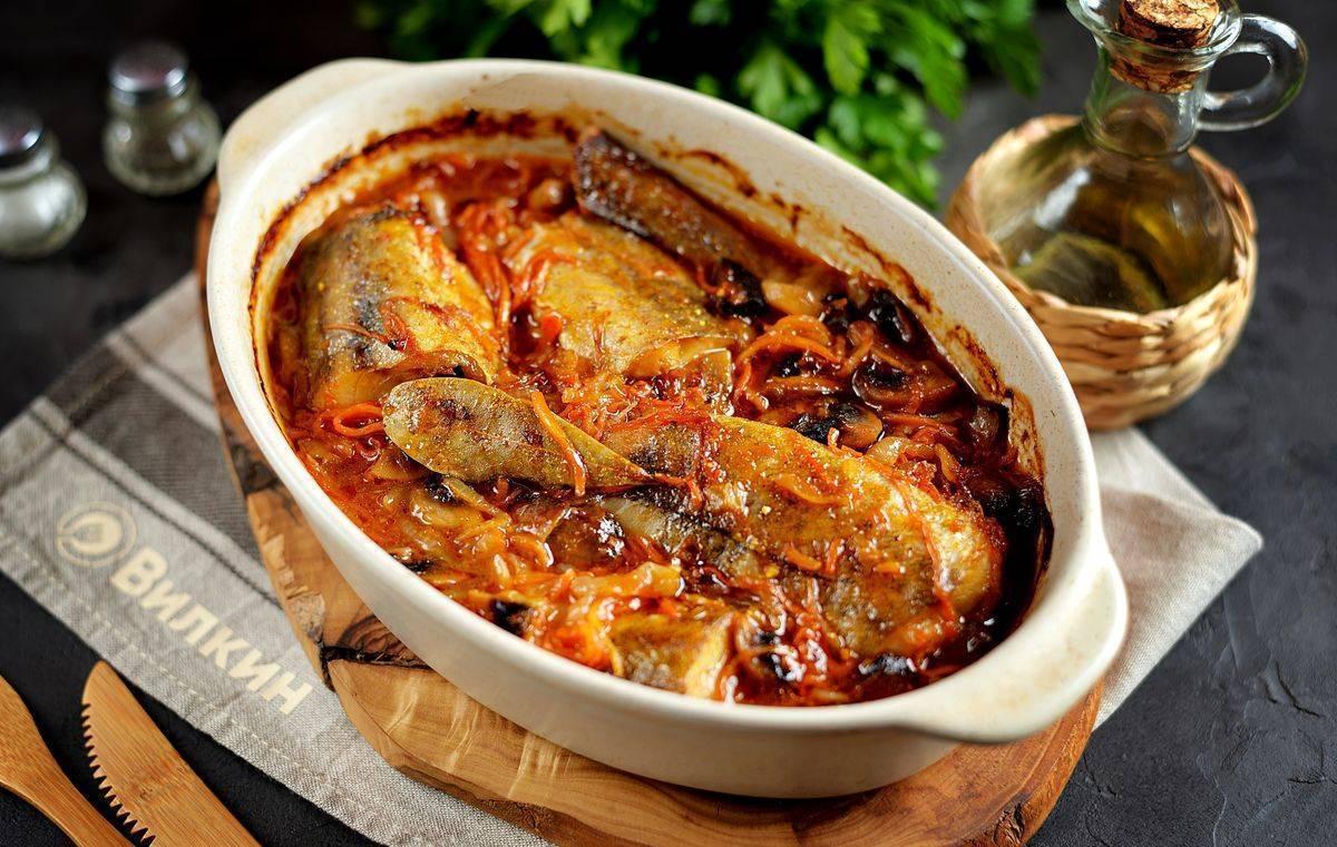 Скумбрия с рисом и овощами в духовке