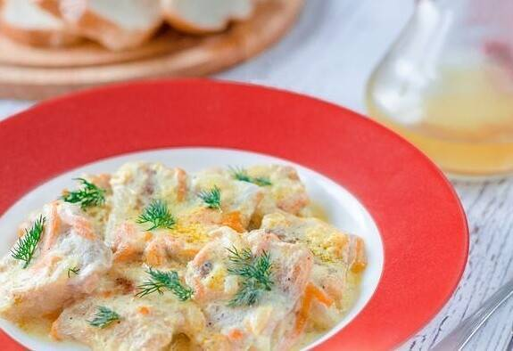 Рыба в сметанно-луковом соусе – кулинарный рецепт
