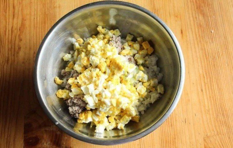 Салат из сайры консервированной с яйцом