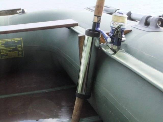 Держатель для спиннинга на лодку пвх: способы и виды крепления