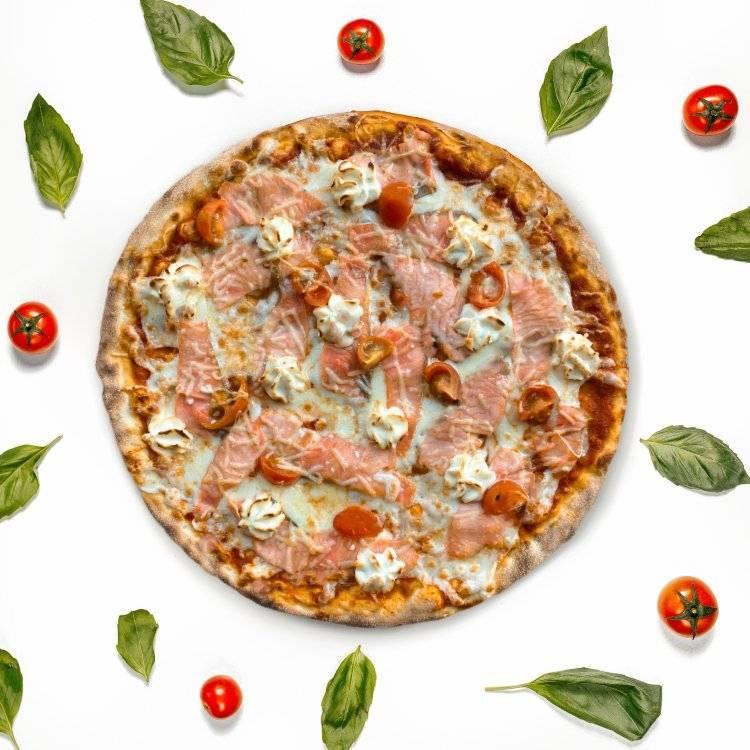 Пицца с лососем — рецепты (с сыром, томатной пастой), особенности приготовления