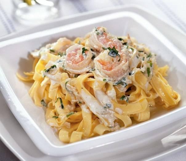 Фетучини с креветками в сливочном соусе. рецепты с пармезаном, шпинатом, сыром, грибами, цуккини