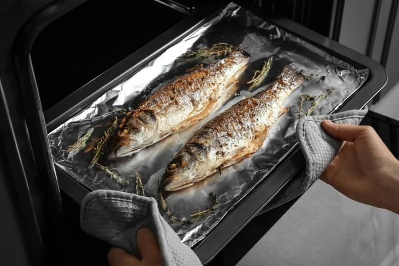 Как приготовить рыбу в духовке: вкусные и простые рецепты запекания рыбы в фолье, рукаве и на противне