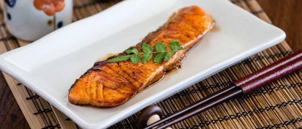 Вкусный и сочный лосось на гриле