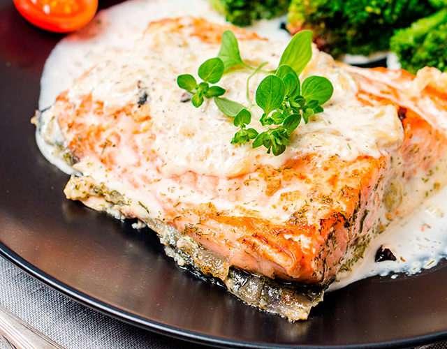 Форель в сливочном соусе запеченная в духовке: 8 крутых рецептов