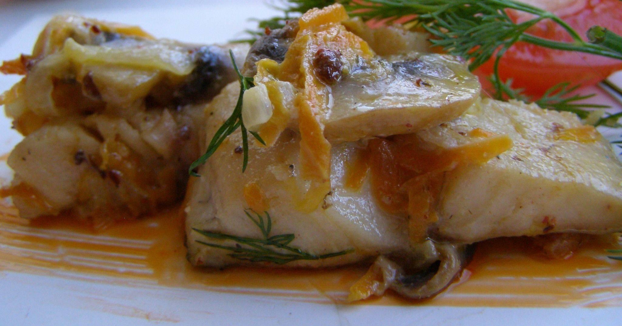 Вкусная щука тушеная в сметане с луком и морковью в мультиварке