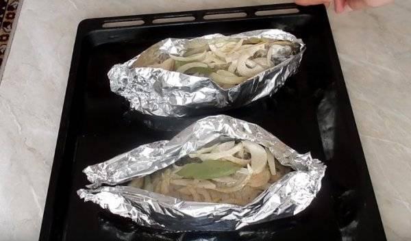 Карась, запечённый целиком в духовке с картофелем