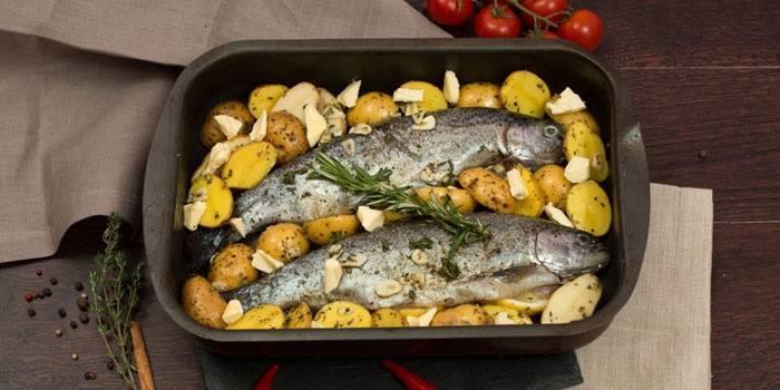 Рыба с картофелем в духовке: 9 сытных рецептов |