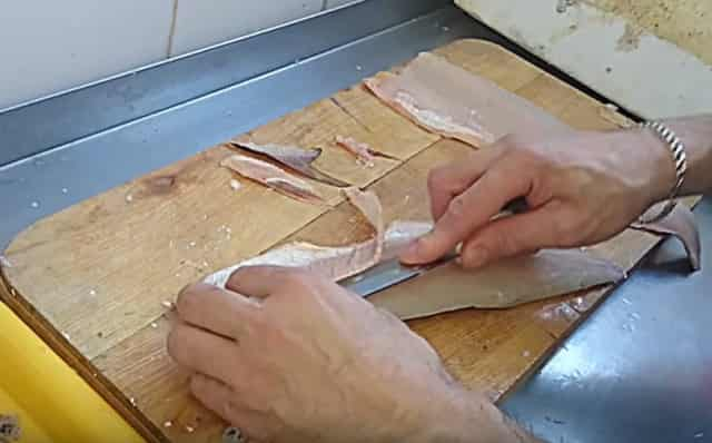 Как снять шкуру щуки чулком