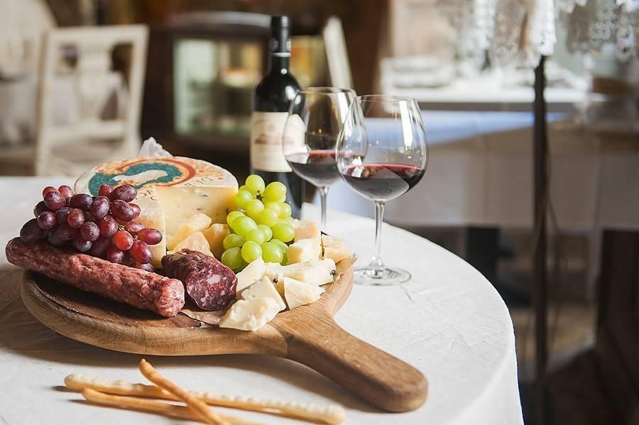 Белое вино к рыбе. почему белое вино подают к рыбе, а красное - к мясу?