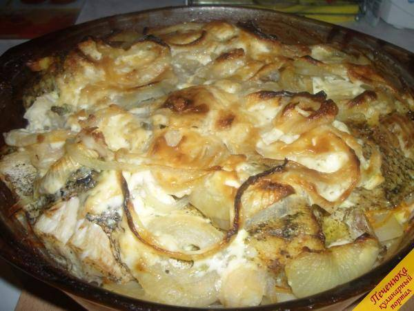 Щука запеченная в духовке со сметаной на подушке из овощей. пошаговый рецепт сергея джуренко