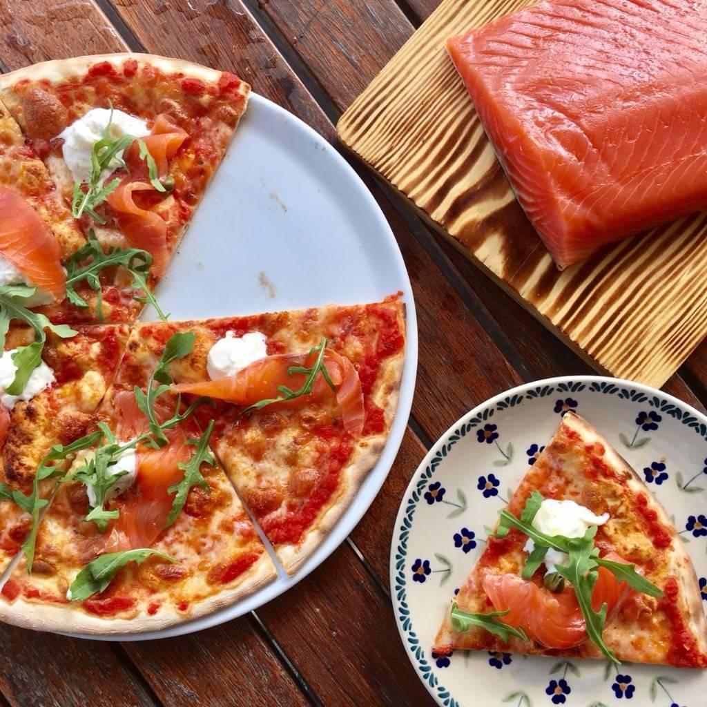 Пицца с лососем, креветками и сыром – кулинарный рецепт