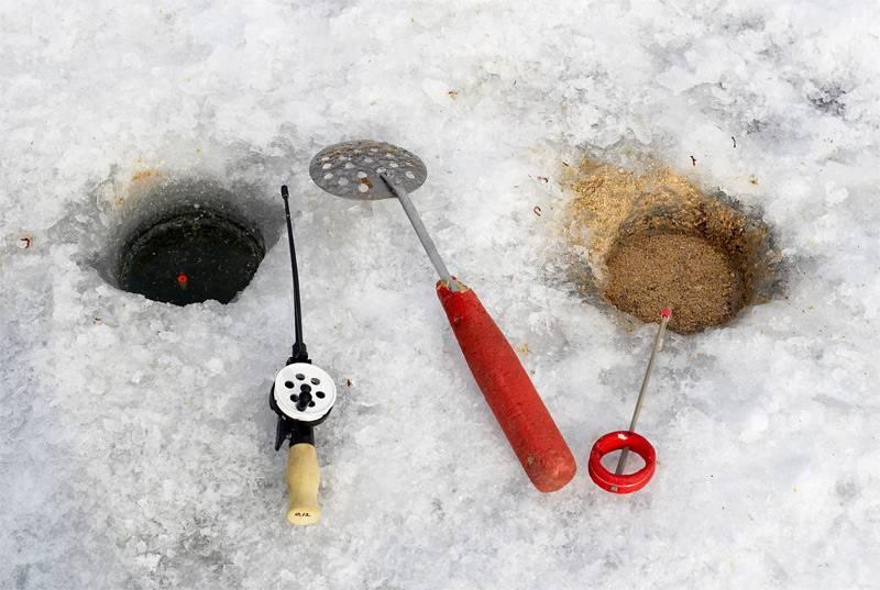 Как ловить плотву зимой на поплавочную удочку?