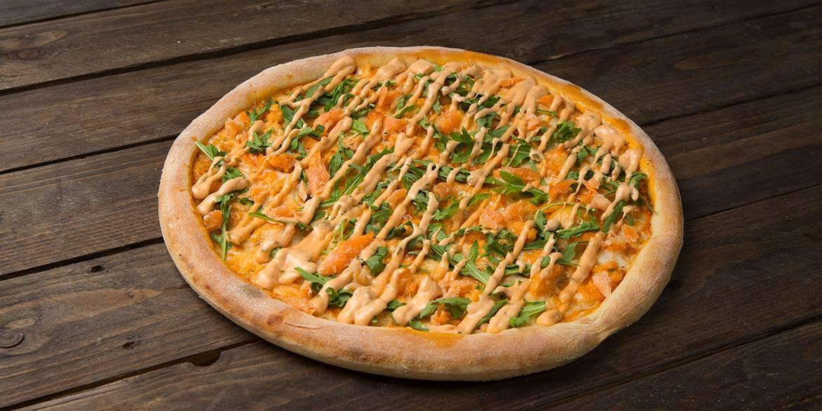 Пицца с лососем и овощами. 1000 лучших рецептов пиццы