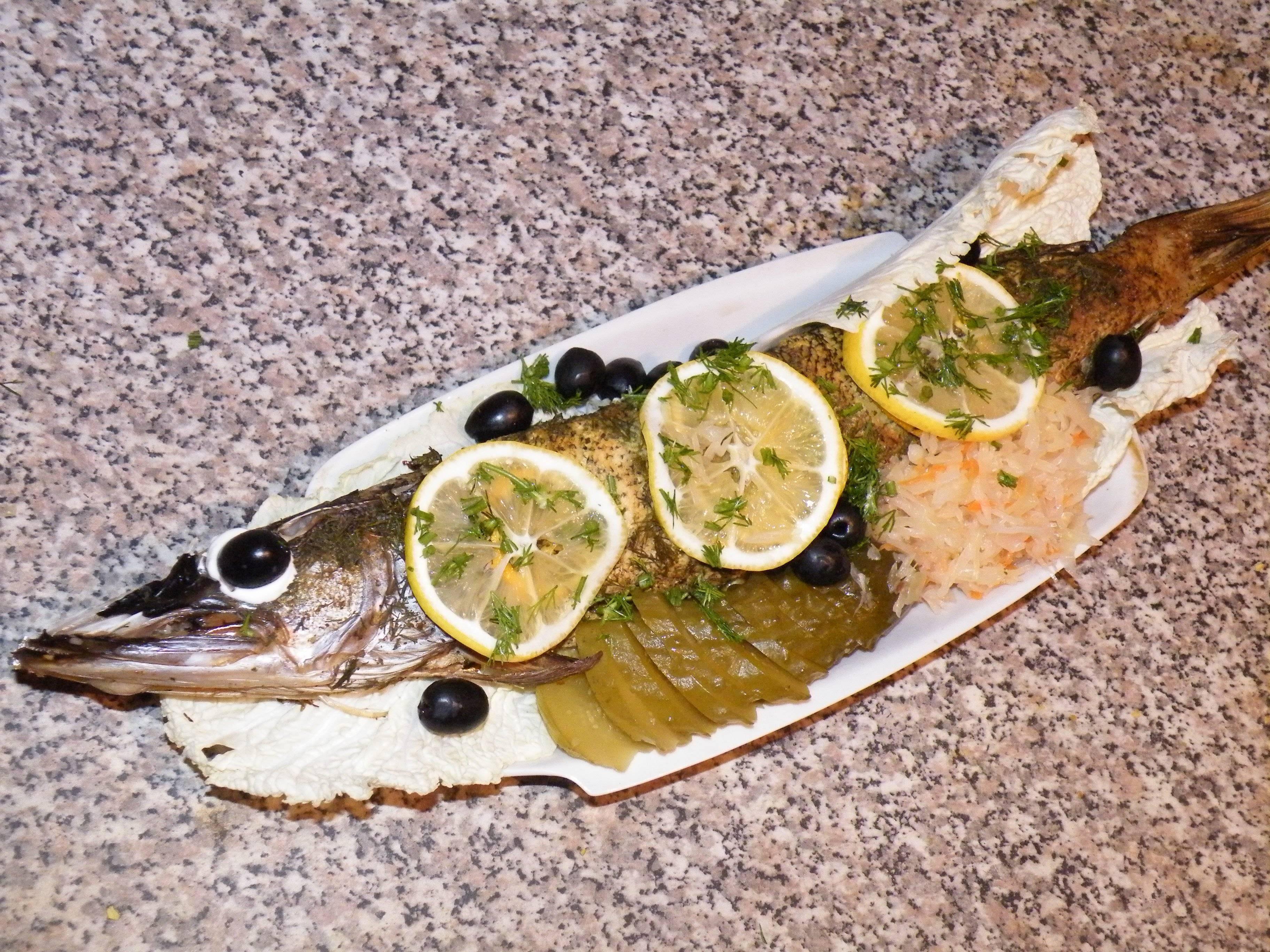 Щука в духовке — 8 рецептов запекания