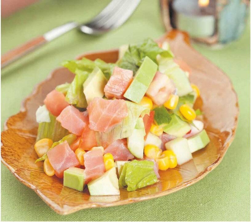 Салат с лососем, авокадо и апельсиновой заправкой