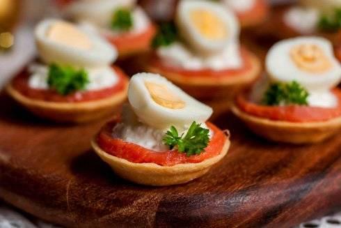 Тарталетки с творожным сыром – рецепты с семгой, красной икрой, чесноком и крабовыми палочками