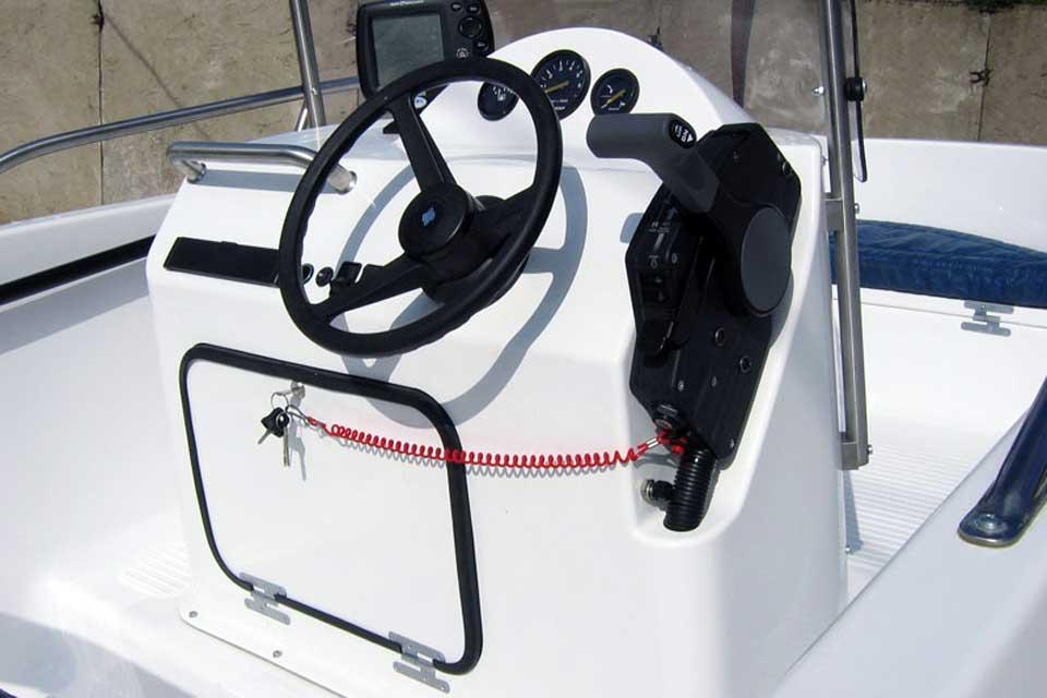 Рулевая консоль для лодки — обзор лучших моделей и советы по установке для разных видов лодок (100 фото и видео)