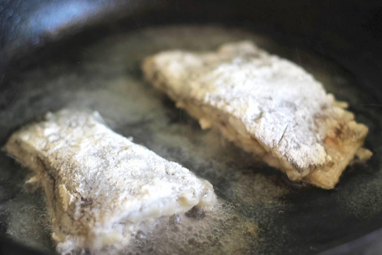 Рыба, жаренная в яйце