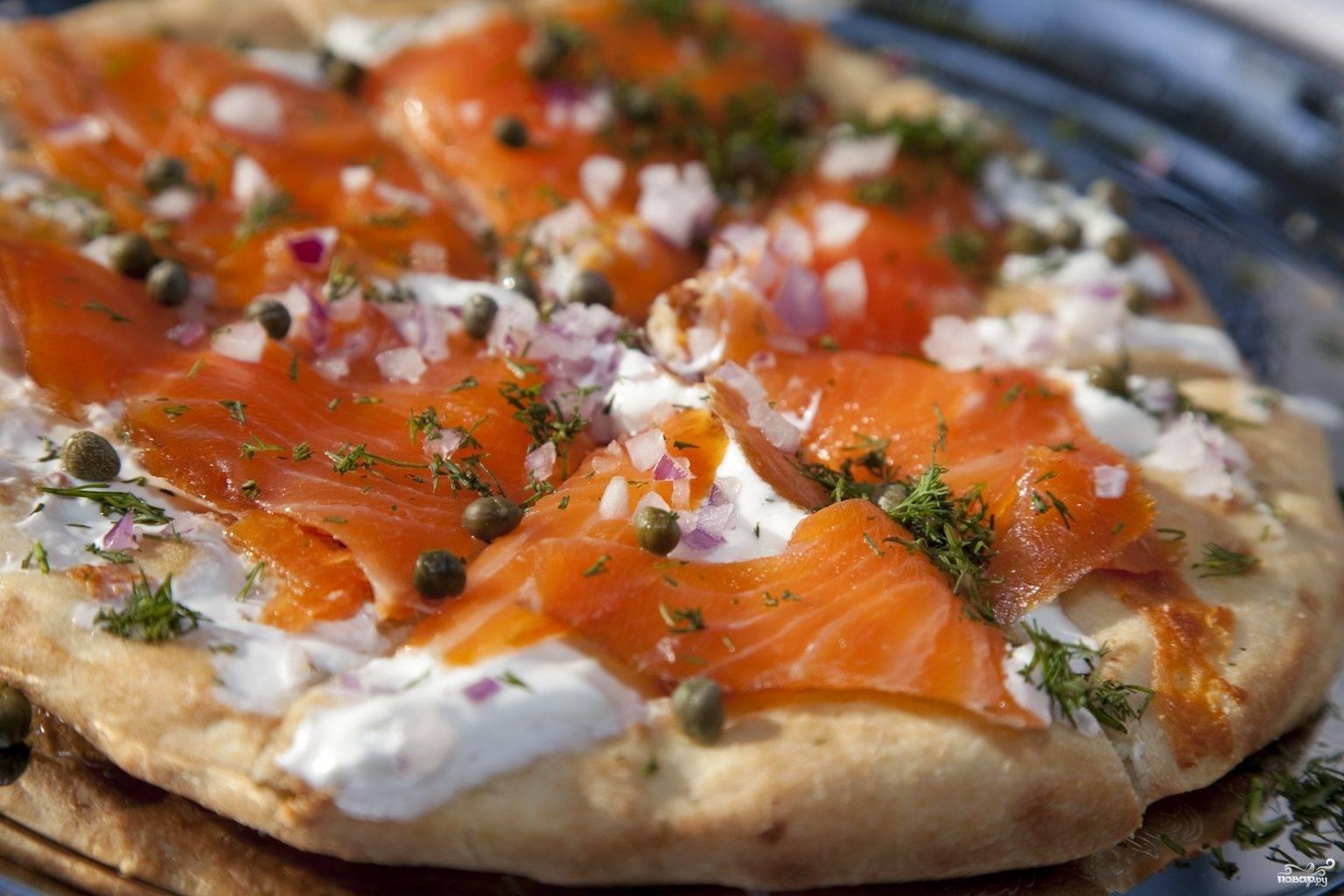 Пицца с лососем и овощами