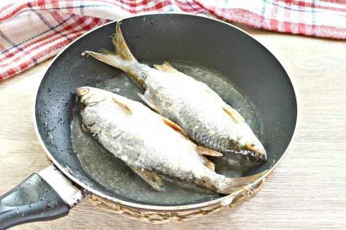 Как вкусно приготовить рыбу на сковороде без жарки: советы, рецепты