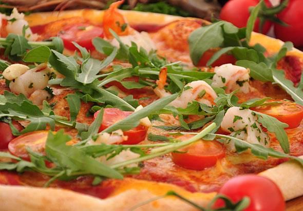 Пицца с колбасой, сыром и помидорами — 6 пошаговых рецептов