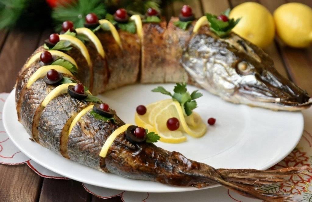 Фаршированная щука в духовке - рецепты начинок с рисом, овощами, салом и картофелем