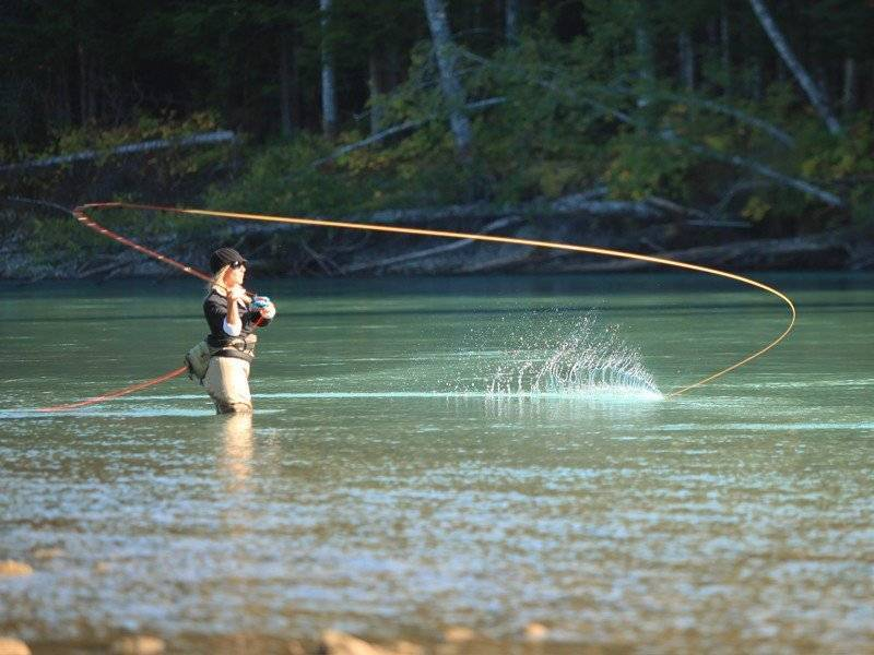Рыбалка нахлыстом: техника ловли для начинающих и сборка снасти
