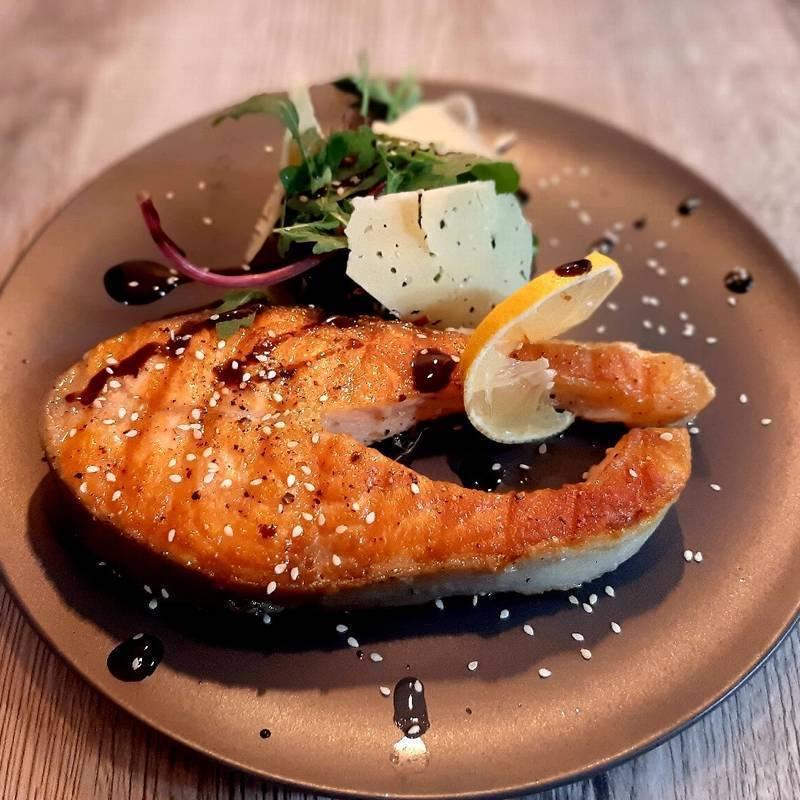 Сочный стейк из лосося на сковороде: секреты приготовления