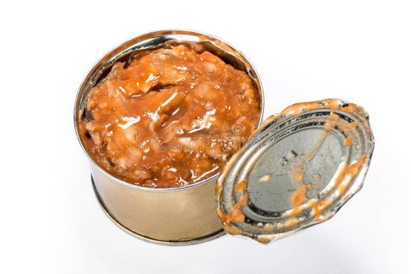 Тушеная белая рыба в густом томатном соусе с репчатым луком и морковкой