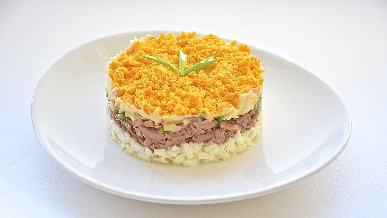 Вкусный и сытный салат с сайрой консервированной: рецепт из простых и доступных продуктов