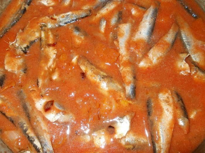 Рыба, тушеная в томатном соусе с морковью и луком