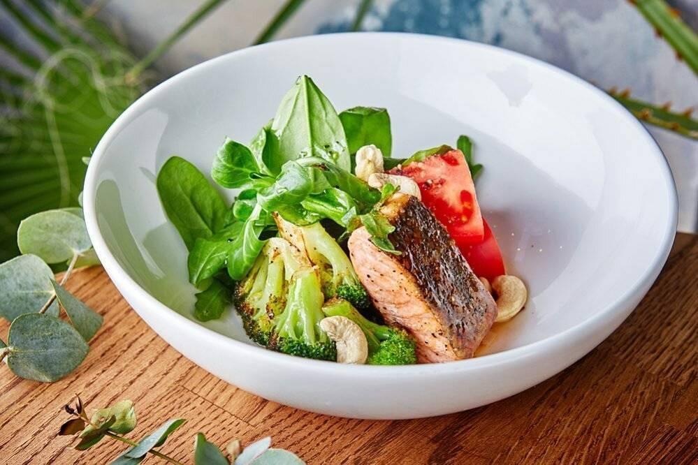 Салат с авокадо и лососем. 100 рецептов любовных блюд. вкусно, полезно, душевно, целебно