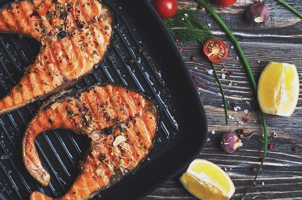 Стейк лосося на гриле со сливочно-горчичным соусом